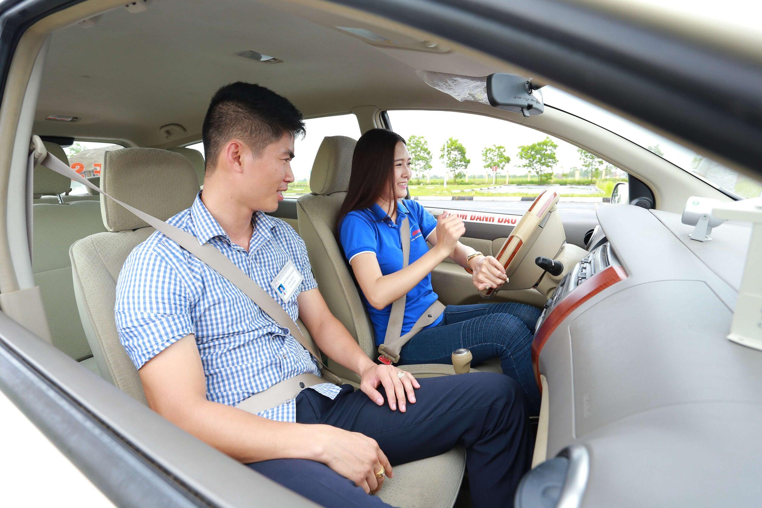 Giáo viên hướng dẫn học viên học lái xe ô tô tại trung tâm